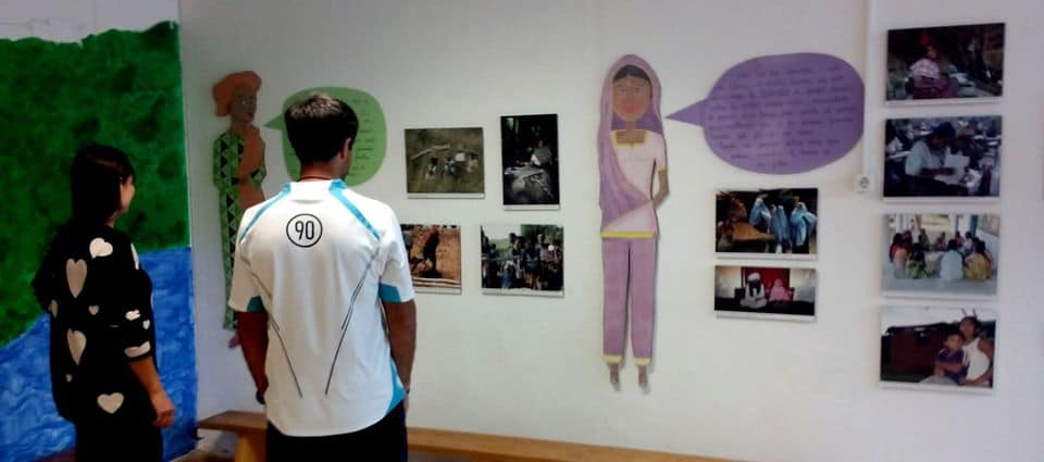 La exposición «La dona al món» en las escuelas de la Red de Centros Educativos Solidarios